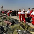 """<p class=""""Normal""""> Nhân viên cứu hộ mang thi thể của các nạn nhân trong vụ rơi máy bay của hãng hàng không Ukraine International Airlines tại Shahedshahr, Iran vào ngày 8/1. Phi cơ Boeing 737-800 mang số hiệu PS752 của hãng hàng không này rơi không lâu sau khi cất cánh từ sân bay Imam Khomeini, Iran, tới thủ đô Kiev, Ukraine, khiến 167 hành khách và 9 người thuộc phi hành đoàn thiệt mạng. Đến ngày 11/1, quân đội Iran thừa nhận đã """"vô tình"""" bắn hạ chiếc máy bay dân sự trên do nó đã bay tới gần một khu vực quân sự nhạy cảm thuộc Vệ binh Cách mạng Hồi giáo Iran (IRGC) và xuất hiện trên radar hệ thống phòng không.<br /><br /><span>Trước đó, để tránh tai nạn tương tự, nhiều hãng hàng không trên thế giới có đường bay qua không phận của Iran đều thông báo chuyển hướng. Ảnh: <em>AP</em>.</span></p>"""