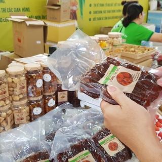 Ở Sài Gòn sắm đặc sản Bắc - Trung - Nam ăn Tết với giá chợ