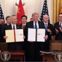 <p> Phó thủ tướng Trung Quốc Lưu Hạc (trái) và Tổng thống Mỹ Donald Trump (phải) cầm bản thỏa thuận thương mại giai đoạn 1 giữa 2 nước. Thỏa thuận thương mại giai đoạn 1 được ký tại Nhà Trắng vào ngày 15/1. Theo thỏa thuận này, Trung Quốc đồng ý mua thêm 200 tỷ USD hàng hóa của Mỹ trong 2 năm tới. Cụ thể, Bắc Kinh sẽ mua thêm 77 tỷ USD hàng hóa từ đối phương trong năm 2020 và tăng lên 123 tỷ USD trong năm 2021. Ảnh: <em>AFP</em>.</p>