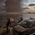 <p> Một người dân ở Talisay, Philippines đang múc nước rửa chiếc ôtô đang bám đầy tro bụi sau vụ vụ phun trào núi lửa Taal ngày 12/1. CNN đưa tin ngày 15/1 rằng 466 vụ động đất đã được ghi nhận kể từ khi núi lửa phun trào ngày 12/1, với khói bụi lên tới độ cao 1 km, phát tán một bán kính tới 14 km. Ảnh: <em>Getty Images.</em></p>