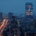 """<p class=""""Normal""""> Màn hình điện tử ở mặt tiền của một tòa nhà tại St. Petersburg, Nga, chiếu hình ảnh của Tổng thống Vladimir Putin vào ngày 15/1. Cùng ngày, toàn bộ chính phủ Nga do Thủ tướng Dmitry Medvedev đứng đầu đã đệ đơn từ chức, sau khi ông Putin thể hiện ý định cải tổ Hiến pháp trong bài phát biểu liên bang. Một ngày sau đó, Tổng thống Putin chính thức phê chuẩn ông Mikhail Mishustin, trước là cục trưởng Cục thuế liên bang, giữ vị trí thủ tướng. Ảnh: <em>Reuters</em>.</p>"""