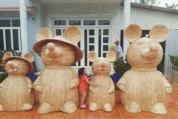 Gia đình chuột 'khổng lồ' làm từ lục bình hút khách