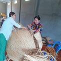 <p> Những người thợ thủ công địa phương Đồng Tháp đang hăng say đan lát lục bình hình con chuột.</p>