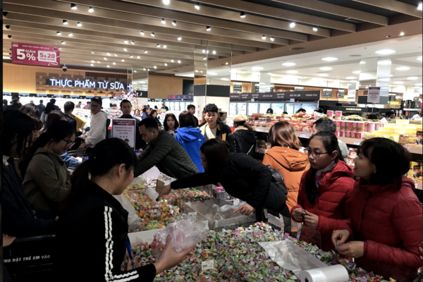 Người Hà Nội đổ xô đi siêu thị sắm Tết, xếp hàng rồng rắn chờ thanh toán
