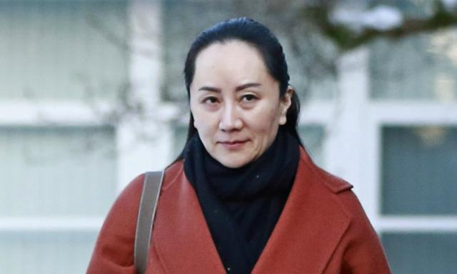 Mạnh Vãn Chu bên ngoài biệt thự ở Vancouver hôm 17/1. Ảnh: AFP.