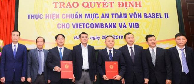Buổi nhận quyết định áp dụng chuẩn mức an toàn vốn tối thiểu theo Thông tư 41 của Vietcombank. Ảnh: NHNN