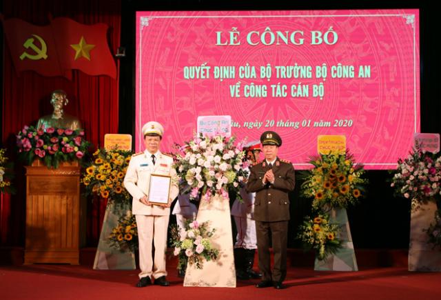 Thứ trưởng Bộ Công an trao quyết định và chúc mừng tân Giám đốc Công an tỉnh Lai Châu.