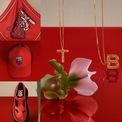 """<p> <span style=""""color:rgb(0,0,0);"""">Họa tiết Thomas Burberry Monogram đặc trưng kết hợp với cung hoàng đạo tạo nên điểm nhấn mới mẻ cho bộ sưu tập. Các sản phẩm chính của hãng như sneaker Union hay túi Lola cũng được phủ đỏ ngập tràn không khí Tết Nguyên đán.</span></p>"""