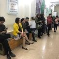 <p> Tại Vietcombank chi nhánh Thanh Xuân (quận Thanh Xuân, Hà Nội), khách cũng xếp hàng dài chờ đến lượt giao dịch trong ngày 27 Tết.</p>
