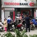 <p> Tình trạng xếp hàng giao dịch cũng diễn ra tại chi nhánh Techcombank. Xe máy của khách xếp chật sân chi nhánh.</p>