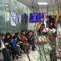 <p> Hàng dài khách hàng chờ đến lượt tại phòng giao dịch Vietcombank Văn Quán (quận Hà Đông, Hà Nội) trong ngày làm việc cuối cùng của năm Kỷ Hợi.</p>