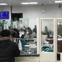 <p> Nhân viên phòng giao dịch Vietcombank làm việc hết công sức để phục vụ khách hàng. Dù giờ làm việc buổi sáng kết thúc vào 12h nhưng nếu còn khách thì phải xử lý hết thì nhân viên mới được nghỉ.</p>