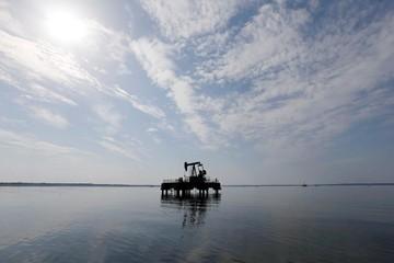 IMF hạ triển vọng kinh tế thế giới, giá dầu giảm