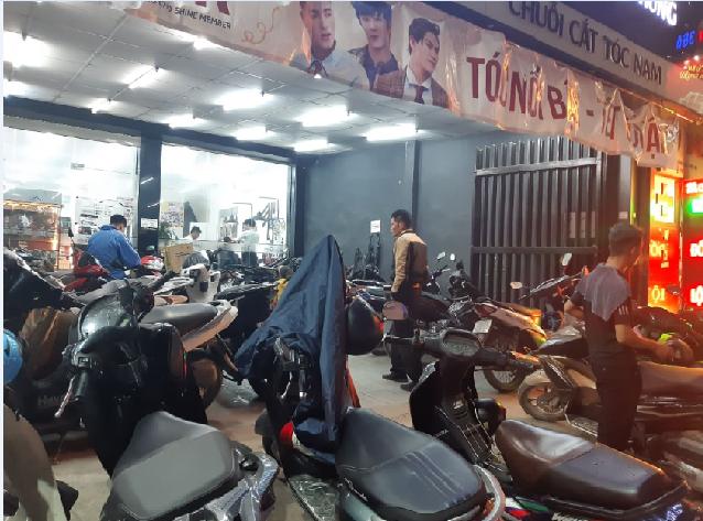 Tiệm cắt tóc nam ở Hà Đông chật kín người. Ảnh: Lâm Tùng