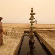 Dự báo dư cung khiến giá dầu giảm hơn 2%