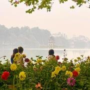 Đường phố Hà Nội ngập cờ hoa những ngày cuối năm