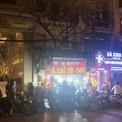 <p> 22h tối trên phố Hàng Bông, các cửa hàng quần áo giảm giá khủng thu hút đông người mua sắm.</p>