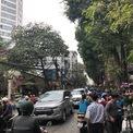 <p> Đường Hoàng Hoa Thám đông đúc bởi lượng phương tiện giao thông cùng người mua bán hoa dọc hai bên đường.</p>
