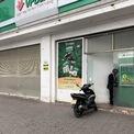 <p> Cây ATM trên đường Nguyễn Khánh Toàn vắng lặng có duy nhất một khách hàng ung dung rút tiền.</p>