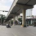 <p> Giao lộ giữa Cầu Giấy, hướng đi Xuân Thuỷ và Trần Đăng Ninh ngày thường đông nghẹt người nay xe cộ thưa thớt.</p>