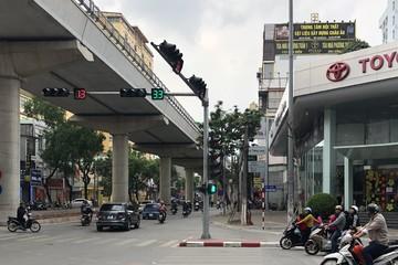 Người Hà Nội hối hả sắm Tết trên những con phố 'đường thông hè thoáng'