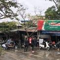 <p> Cửa tiệm rửa xe gần Chùa Hà, Cầu Giấy, Hà Nội đã đông đúc khách đến rửa xe lúc 16h.</p>