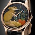 """<p class=""""Normal""""> <strong>2. Chopard L.U.C XP Year of the Rat - Nghệ thuật sơn mài và cỗ máy cơ khí tinh xảo</strong></p> <p class=""""Normal""""> Chiếc đồng hồ đặc biệt của Chopard dành riêng cho năm Canh Tý sở hữu mặt số độc đáo được chế tác từ nghệ thuật sơn mài Nhật Bản cùng cỗ máy chuyển động thời gian L.U.C 96.17-L tinh tế trong từng đường nét.</p> <p class=""""Normal""""> Mặt đồng hồ khắc họa hình ảnh chú chuột hạnh phúc, tràn đầy niềm vui và sự sung túc qua những nét vẽ tạo tác bằng kỹ thuật sơn mài truyền thống Nhật Bản với ba gam màu xanh dương, vàng và xanh lục. Loại sơn mài phủ trên mặt đồng hồ được làm từ nhựa cây Urushi - vốn chỉ được thu hoạch mỗi năm với số lượng rất hạn chế, và phải tới chờ tiếp 3-5 năm sau qua quá trình xử lý để có được kết cấu bền chặt, phù hợp cho chế tác. Điều này nhắc nhớ đến ý nghĩa rằng giá trị của thời gian làm nên thời gian. Chiếc đồng hồ đọc sự dịch chuyển của thời gian được làm nên từ những điều tinh tuý được thời gian chắt lọc và tạo hình.</p>"""
