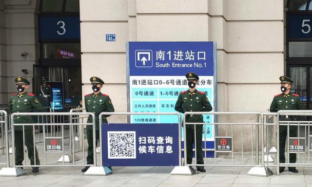 Cảnh sát phong tỏa ga tàu tại thành phố Vũ Hán hôm 23/1. Ảnh: AP.