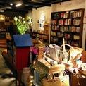 """<p> <strong>5. Tổ Chim Xanh - Bluebirds' Nest</strong></p> <p> Tổ Chim Xanh như tên tựa đề là quán cà phê """"vườn ươm"""" hội tụ những khách hàng yêu thích cà phê, sách, phim ảnh và âm nhạc.</p> <p> Các giá cao đến gần trần nhà ở tầng một phong phú thể loại sách từ nghiên cứu đến giả tưởng cùng việc trao đổi sách khiến Tổ Chim Xanh được nhiều mọt sách truyền tai nhau.</p>"""