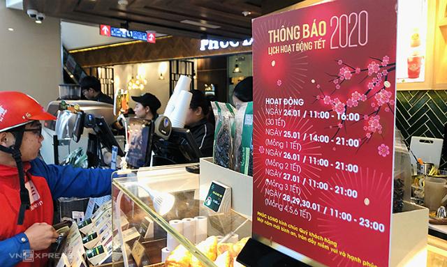 Lịch mở cửa Tết của một nhà hàng ở trung tâm thương tại Nguyễn Chính Thanh. Ảnh: Anh Tú.