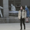 """<p class=""""Normal""""> Trung Quốc trong tuần đã phải hạn chế đi lại đối với hàng triệu người dân tại một số thành phố để ngăn chặn sự lây lan của virus corona gây viêm phổi mới, tâm dịch là thành phố Vũ Hán, tỉnh Hồ Bắc. Tính đến ngày 26/1, đã có 2.000 trường hợp nhiễm virus, 56 trường hợp tử vong tại Trung Quốc. Nhà chức trách nước này lo ngại tỷ lệ lây nhiễm gia tăng khi hàng trăm triệu người dân Trung Quốc di chuyển về nhà hoặc du lịch trong dịp năm mới Âm lịch.</p> <p class=""""Normal""""> Trong ảnh là nhân viên y tế đang chuyển một bệnh nhân tới bệnh viện Jinyintan, nơi chữa trị người nhiễm virus corona, ở thành phố Vũ Hán, ngày 20/1. Ảnh: <em>Reuters.</em></p>"""
