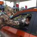 """<p class=""""Normal""""> Một điểm kiểm tra nhiệt độ tài xế tại trạm thu phí trên tuyến đường cao tốc ở thành phố Vũ Hán ngày 23/1. Ảnh: <em>AP.</em></p>"""