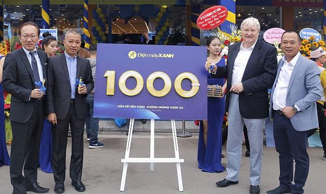 Ông Trần Kinh Doanh (thứ 2 từ trái sang) tại buổi khai trương cửa hàng Điện máy Xanh thứ 1.000. Ảnh: VnReview.