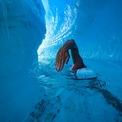 """<p class=""""Normal""""> Vận động viên bơi đường dài Lewis Pugh, 50 tuổi, bơi trong 10 phút 17 giây trên một con sông gần tảng băng đang tan chảy ở Nam cực để nâng cao nhận thức về biến đổi khí hậu tại hai cực Trái đất. Ảnh:<em> PA.</em></p>"""