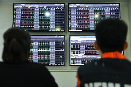 Nhà đầu tư theo dõi bảng giá chứng khoán tại sàn giao dịch VNDIRECT. Ảnh: Hữu Khoa