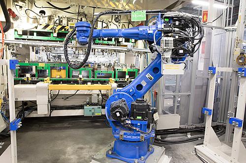 Cánh tay robot tự gắp các bộ phận lắp ghép trong nhà máy Daikin Việt Nam tại Hưng Yên. Ảnh: Daikin