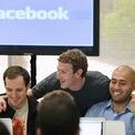 """<p class=""""Normal""""> <strong>Mark Zuckerberg giàu đến mức có thể sống cả đời với mức lương 1 USD/năm.</strong></p> <p class=""""Normal""""> Trước đây, Mark Zuckerberg từng nhận được 770.000 USD tiền lương thưởng từ Facebook. Tuy nhiên, từ năm 2013, vị CEO này tự cắt giảm lương thưởng của mình. Vì vậy, phần lớn tài sản của Zuckerberg đến từ 17% cổ phần của anh tại Facebook. (Ảnh: <em>Getty Images</em>)</p>"""