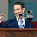 """<p class=""""Normal""""> <strong>Năm 2018, Mark Zuckerberg bỏ túi khoảng 1,7 triệu USD mỗi giờ, theo tính toán của BI.</strong></p> <p class=""""Normal""""> <em>Business Insider</em> tìm sự khác biệt giữa khối tài sản ròng trong năm 2017 và 2018 của Zuckerberg để xác định thu nhập hàng năm của CEO Facebook. Thu nhập hàng năm của anh đạt khoảng 15 tỷ USD. Sau đó, trang này chia số thu nhập hàng năm cho 8.760, số giờ trong một năm, để tính toán số tiền Zuckerberg kiếm được trong một giờ đồng hồ. (Ảnh: <em>Getty Images</em>)</p>"""