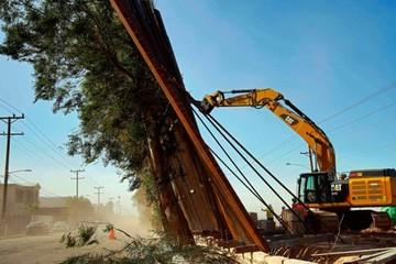 Gió thổi đổ tường biên giới Mỹ - Mexico mới xây