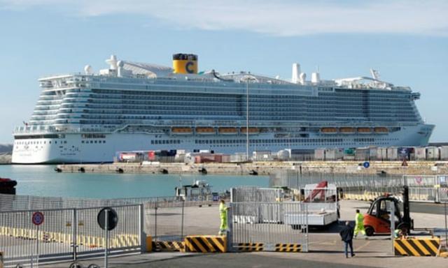 Du thuyền Costa Smeralda đang bị phong tỏa tại cảng Civitavecchia, Italy hôm nay. Ảnh: Reuters.