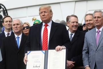Ông Trump ký thỏa thuận USMCA tạo ra nửa triệu việc làm cho Mỹ