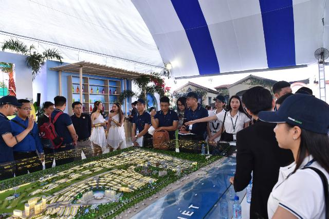 Dự án NovaWorld Phan Thiet thu hút đông đảo khách hàng quan tâm, tìm hiểu tại Triển lãm BĐS Novaland Expo. Ảnh: NVL