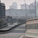 <p> Nhưng mọi hoạt động sống trong thành phố dường như dừng lại sau lệnh phong tỏa. Đây là hình ảnh con đường lớn như bị bỏ hoang vào ngày 29/1. Ảnh: <em>AFP</em>.</p>