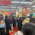 <p> Tại siêu thị người mua sắm đông và đa phần mọi người đeo khẩu trang.</p>