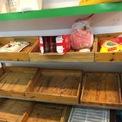 <p> Không mua được ở siêu thị lớn, người dân tìm đến cửa hàng thực phẩm sạch khác nhưng rau xanh cũng rơi vào tình cảnh cháy hàng tương tự.</p>