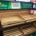 """<p> Tại gian hàng rau xanh của một siêu thị lớn trên địa bàn Hà Nội, quầy rau xanh """"cháy hàng"""". Nhiều người đi mua sắm chỉ biết kêu than vì đến nơi mà không thể mua được rau cho bữa ăn gia đình.</p>"""
