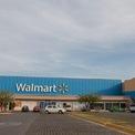 <p> Gia đình Walton vẫn kiếm đều đặn hàng tỷ USD mỗi năm, nhưng những người chủ hiện nay của Walmart vẫn không thể đạt được các thành tựu như Sam Walton trong những năm đầu tiên thành lập tập đoàn này. Ảnh: <em>Getty.</em></p>