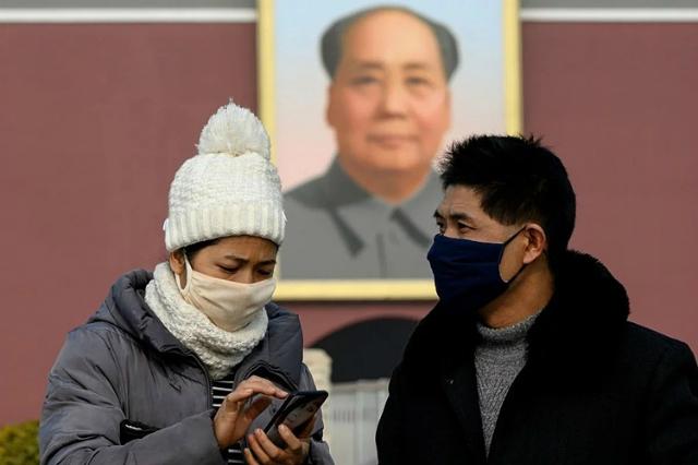 Người dân tại Bắc Kinh, Trung Quốc đeo khẩu trang đề phòng viêm phổi Vũ Hán. Ảnh: AFP