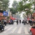 <p> Trước ngày vía Thần tài, phố Trần Nhân Tông - nơi tập trung nhiều cửa hàng vàng bạc đá quý tại Hà Nội - đông đúc hơn ngày bình thường.</p>