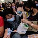 <p> Người dân chen nhau mua khẩu trang tại một nhà thuốc y tế tại Manila, Philippines vào ngày 31/1, một ngày sau khi chính phủ nước này xác nhận trường hợp nhiễm virus corona đầu tiên. Tại các quốc gia được xác nhận có người nhiễm dịch bệnh này, người dân cũng đổ xô mua khẩu trang và các sản phẩm bảo vệ cá nhân khác. Ảnh: <em>Reuters</em>.</p>